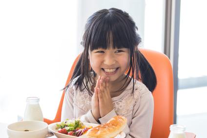 ごはんを食べる子ども